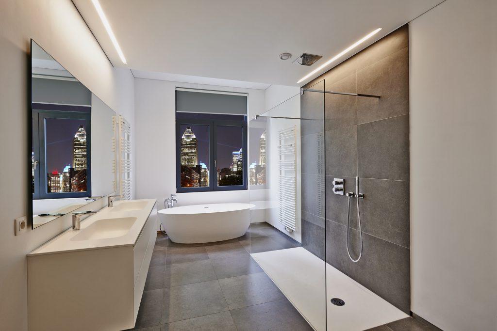 Douche à l'italienne dans une petite salle de bain moderne en ville